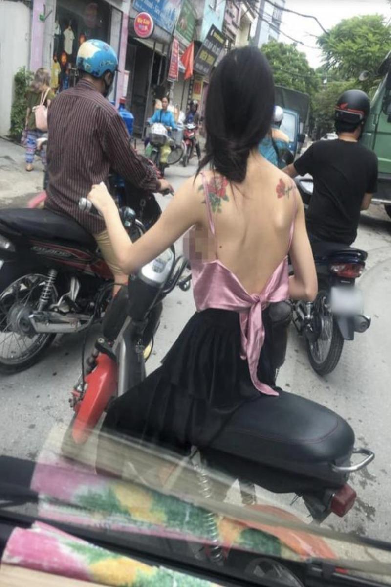 Cô gái mặc áo xuyên thấu để lộ nguyên vòng 1 thả rông 4