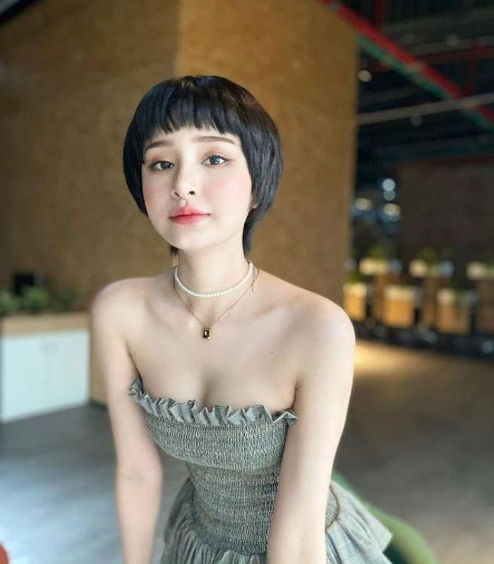 Một nhân vật ít người ngờ đến là Hiền Hồ, cô nàng ca sĩ với phong cách dịu dàng, đôi mắt hút hồn, nhưng luôn ánh buồn trong từng bài hát.