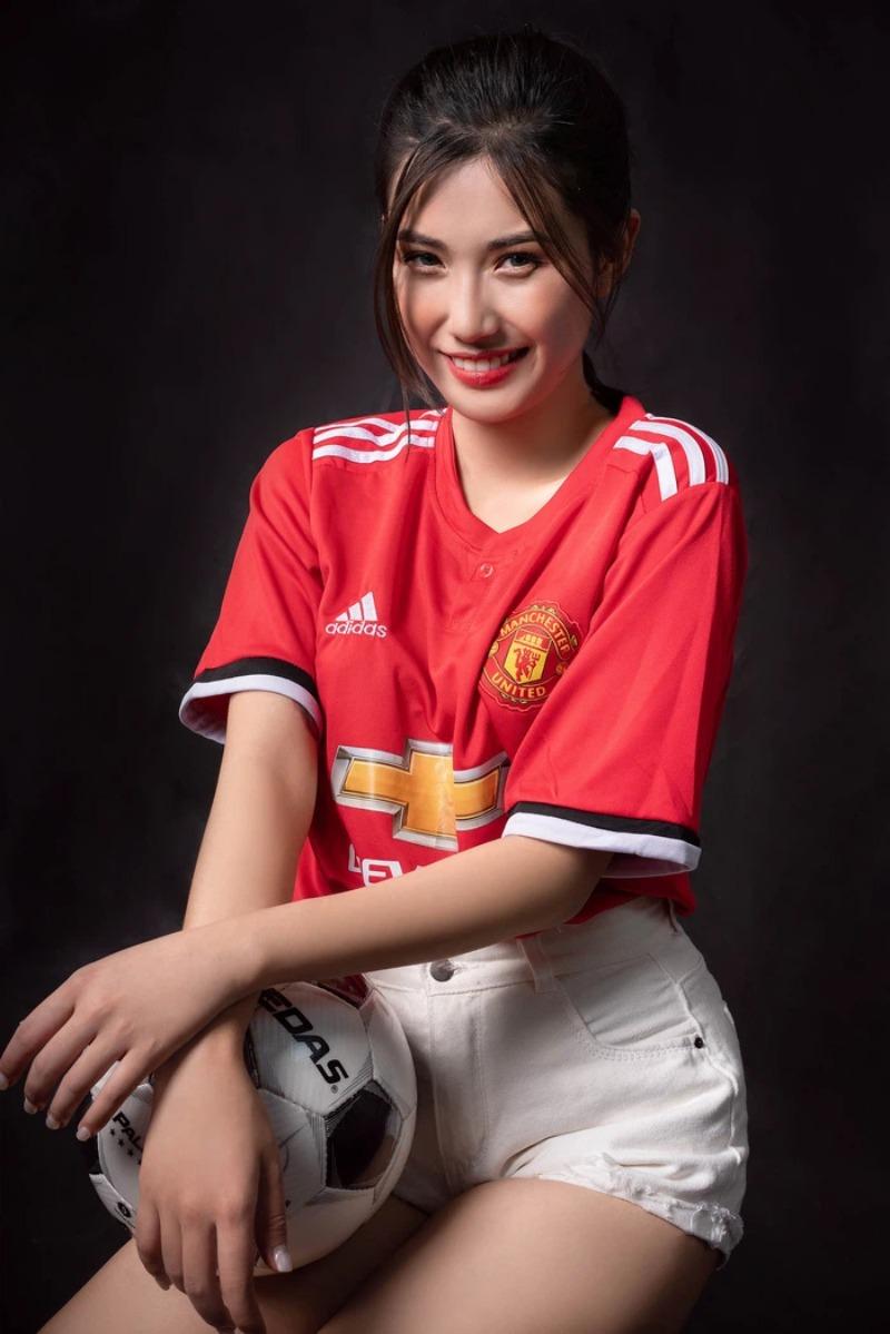 Người đẹp bóng đá quen thuộc với người hâm mộ