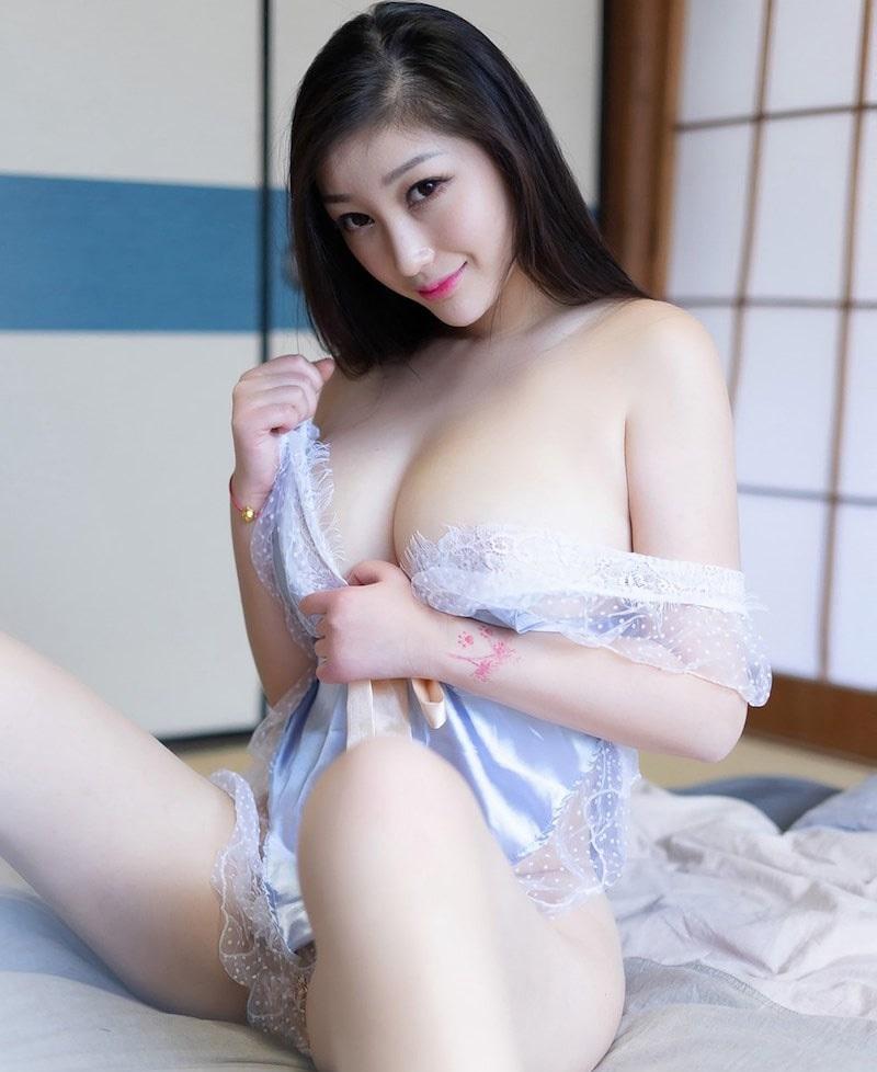 Daji Toxic khoe ngực cực khủng, tạo dáng gợi tình