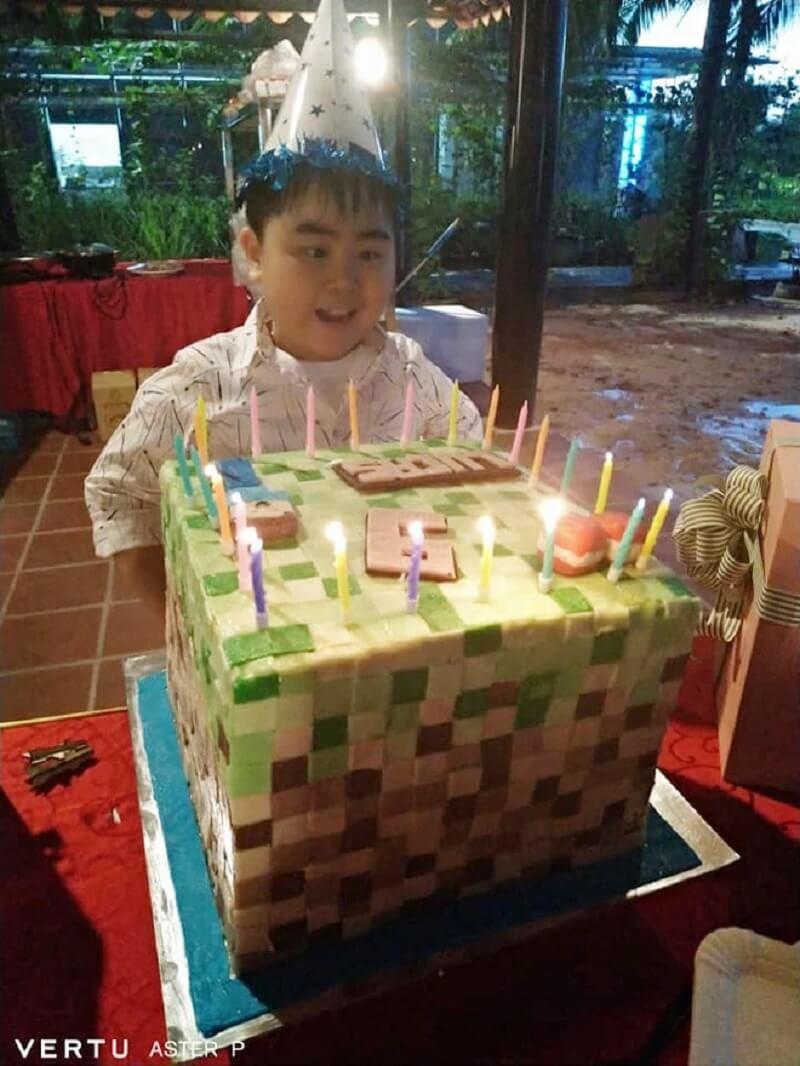 Lucas Huỳnh vui vẻ với bánh sinh nhật Minecraft của mình