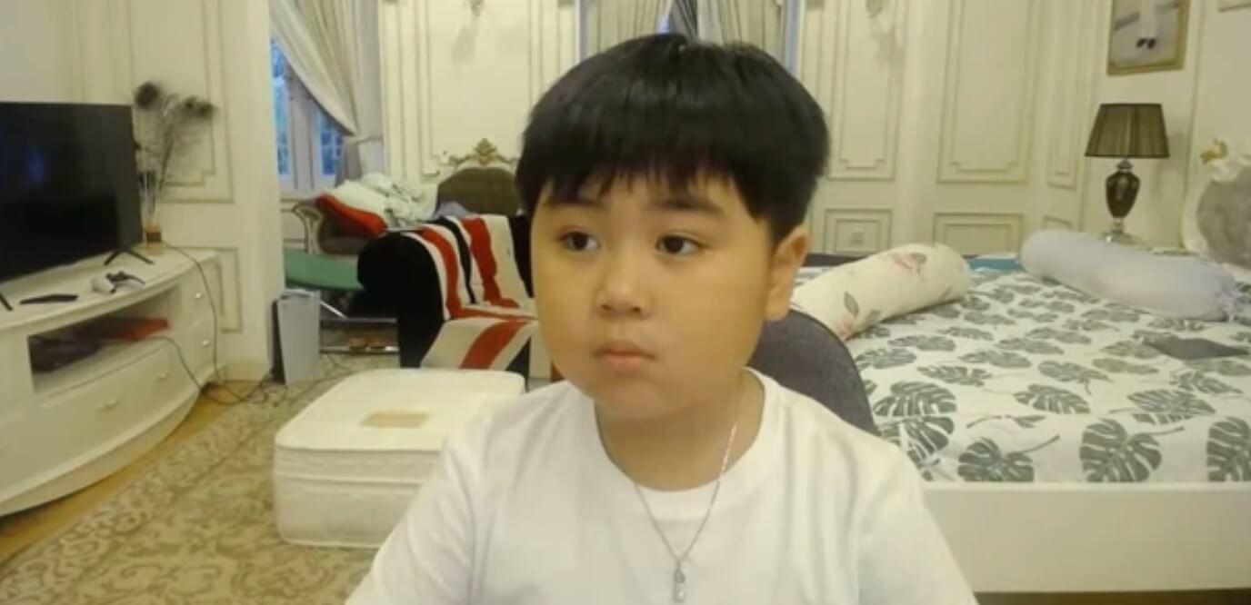 Lucas Huỳnh thường xuyên livestream chơi Minecraft trên kênh riêng của mình.