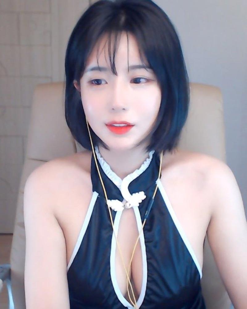 Nữ streamer ngực khủng