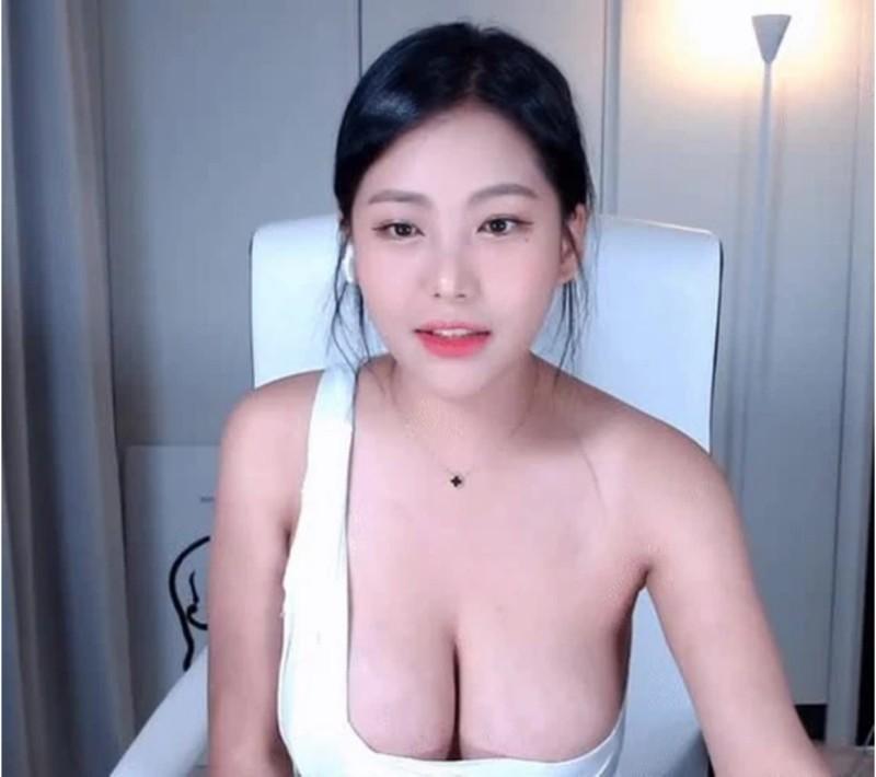 Ji-hyun - nữ streamer vòng 1 lồ lộ