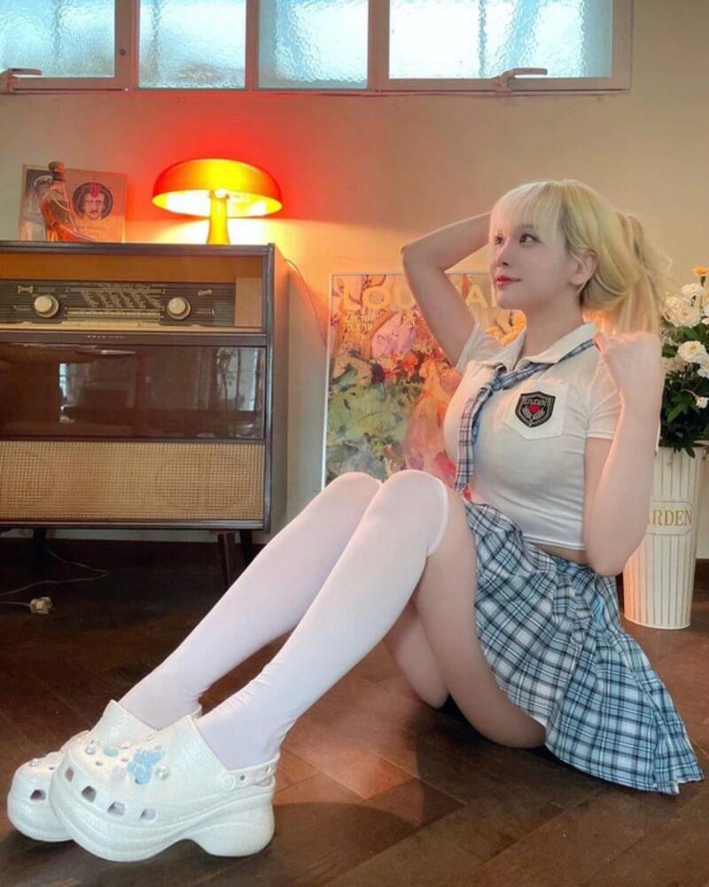 Dami nữ streamer Hàn Quốc show hàng trong nét ngây thơ